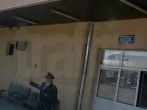 Служител на гара налетя на бой на пътник! ВИДЕО