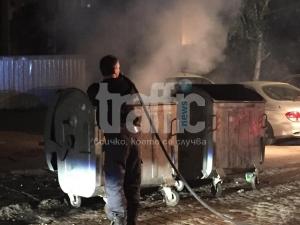 Вандали запалиха контейнер, застрашиха цял паркинг с коли СНИМКИ И ВИДЕО