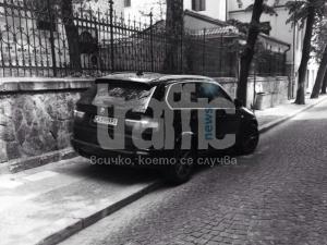 """БМВ запуши тротоара пред църквата """"Света Марина"""" СНИМКИ"""