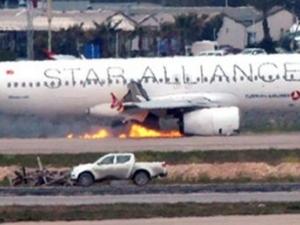 Вижте как се приземи горящият Airbus A320 в Истанбул ВИДЕО