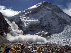 Трагедия под Еверест! Уникални кадри от падането на лавината ВИДЕО