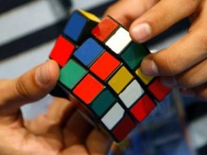 Тийнейджър нареди кубчето на Рубик само за 5 секунди ВИДЕО