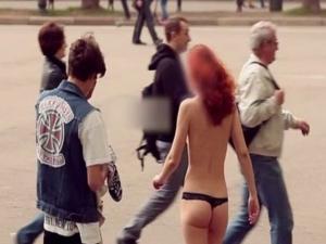 Внук на милиардер взриви нета - плати на момиче да се разхожда голо по улиците