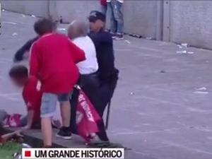 Полицай пребива с палка футболен фен пред очите на сина му ВИДЕО 18 +