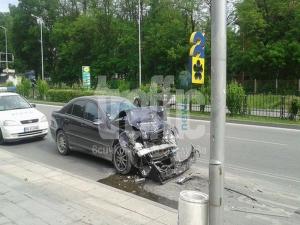 ВИДЕО от катастрофата, при която кола се заби в градски автобус заради цигара