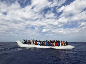 Само за едно денонощие са спасени 900 имигранти в Средиземно море