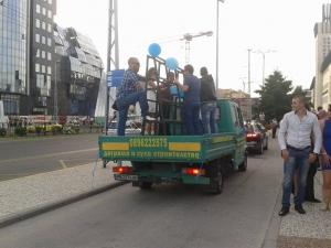 Абитуриенти загърбиха суетата, дойдоха с рейс и камион за дограма  СНИМКИ и ВИДЕО