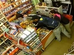 Въоръжен грабеж, мъж опира пистолет в челото на продавачката ВИДЕО