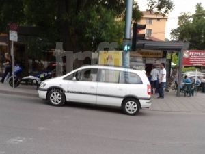 Хулиган спря на пешеходна пътека и слезе да пазарува СНИМКИ