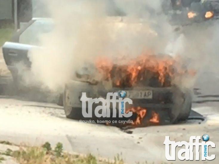 Ексклузивно: Кола пламна в движение срещу Аграрния в Пловдив, пожарната на крак СНИМКИ и ВИДЕО