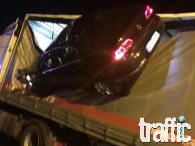 Пиян шофьор кацна с колата си върху ТИР ВИДЕО