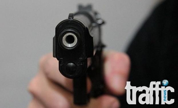Иззеха цял незаконен арсенал от баща, плашил с пистолет дъщеря си