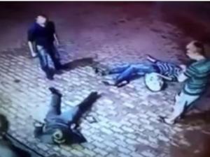 След спор – руски дядо натръшка младежи на земята ВИДЕО
