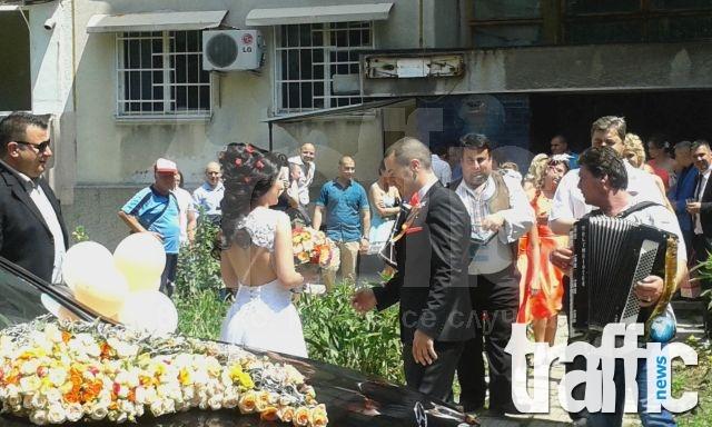 Парад от камиони и мерцедеси за сватбата на наследника на ПИМК