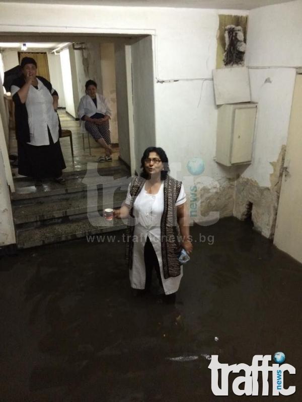 Лекари и санитари газят във вода до коленете в поликлиниката в Изгрев СНИМКИ