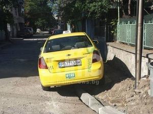 Тротоарите в Кючука- новите паркинги за наглеците СНИМКА