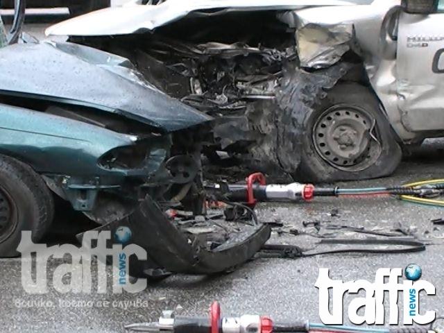 Поредна зверска катастрофа! Автомобил се заби в дърво, шофьорът загина на място