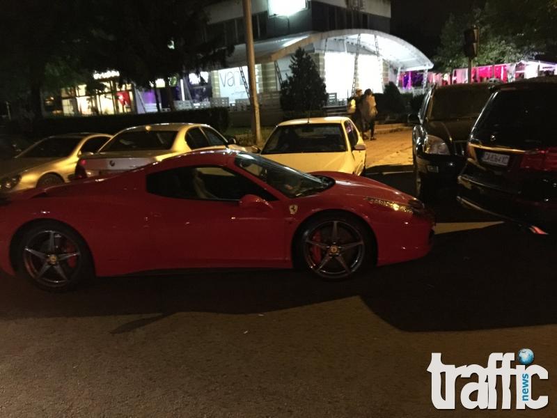 Червено Ферари  паркира пред Plazma Garden