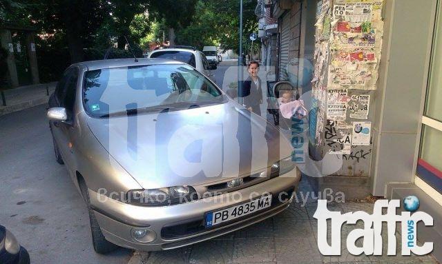 Нагъл шофьор паркира на тротоар СНИМКИ