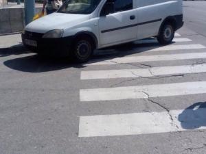 Безкрайна наглост! Паркирай на зебра в центъра на града