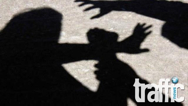Мъж смаза от бой девойка на улицата