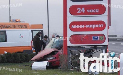 Почерпен заби колата си в табела на бензиностанция