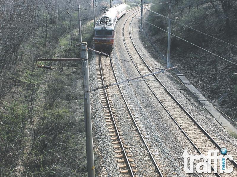 Влак преряза пръстите на мъж, легнал до жп линиите