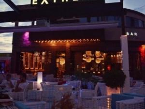 Саксофон, полуголи момичета и студени коктейли този петък в Extreme bar