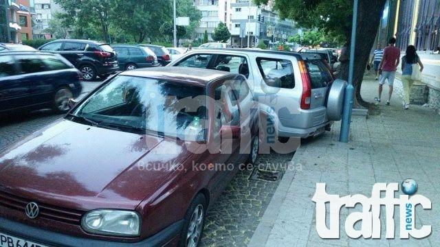 Мега наглост! Пловдивчанин паркира абсурдно на централна улица СНИМКИ