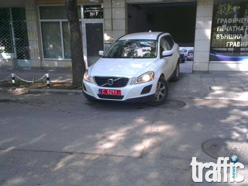 Шофьор на дипломатически джип паркира като мутра