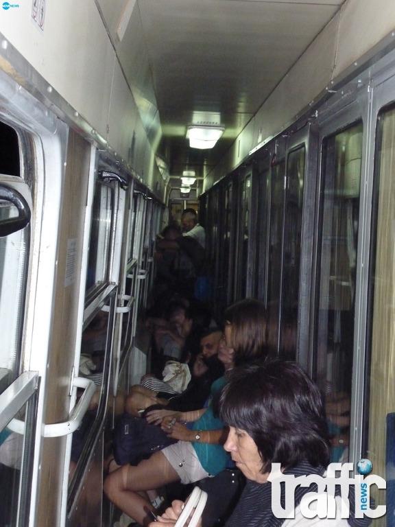 Влакове на ужасите, препълнени като в Индия, по линията София-Бургас