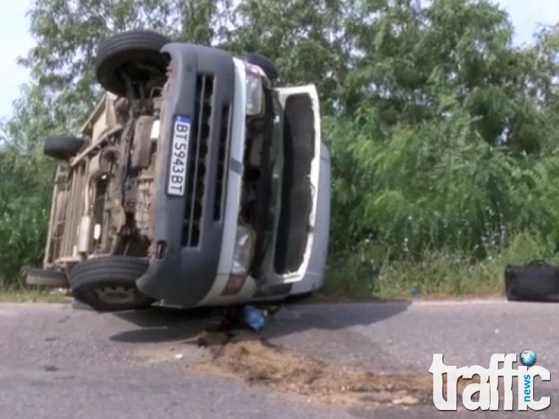 Камионетка се преобърна край Мъглиж ВИДЕО