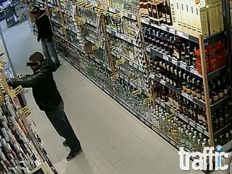 Опит за кражба: Жена пренася мебели под полата си, друг дъвки в гащите