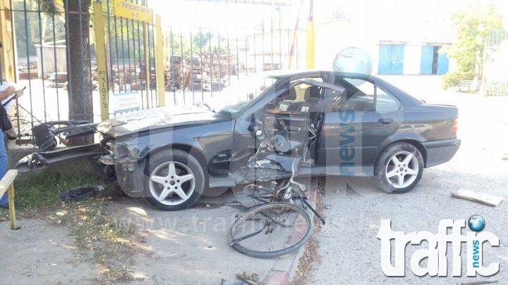 СНИМКИ от тежката катастрофа между БМВ и велосипедист на Рогошко шосе
