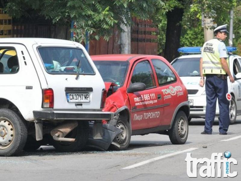 Четирима души пострадаха при сблъсък на кола и полицейски джип СНИМКИ