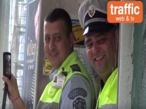 Полицаи снимат репортери, докато те заобикалят тротоар, зает от полицейски коли СНИМКИ и ВИДЕО