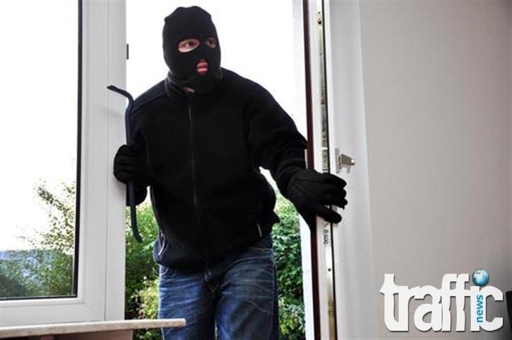 Крадци се промъкват през отворени прозорци, крадат козметика