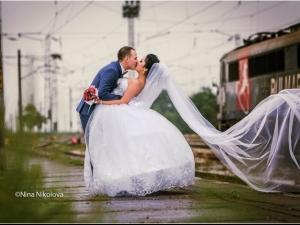 Младоженци си направиха фотосесия на гарата в Белозем по време на пороя