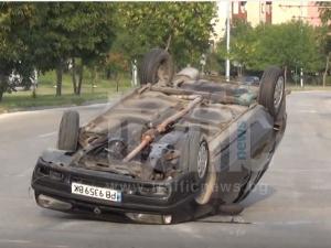 ВИДЕО от катастрофата на кръговото в Тракия, където кола се обърна по таван