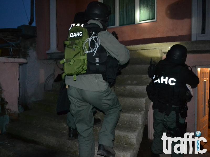 Нова драма: Луд се барикадира и замеря с ножове полицаи*