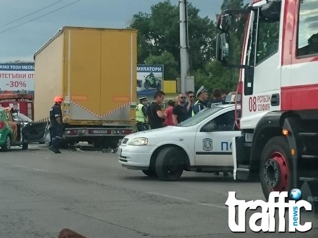 Жена пострада при катастрофа между автомобил и камион