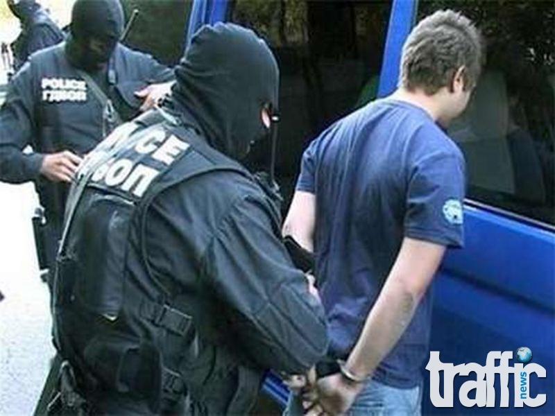 Полицията задържа двама за притежание на дрога