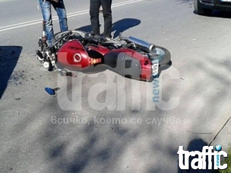 Шофьор на Шкода блъсна моторист след забранена маневра