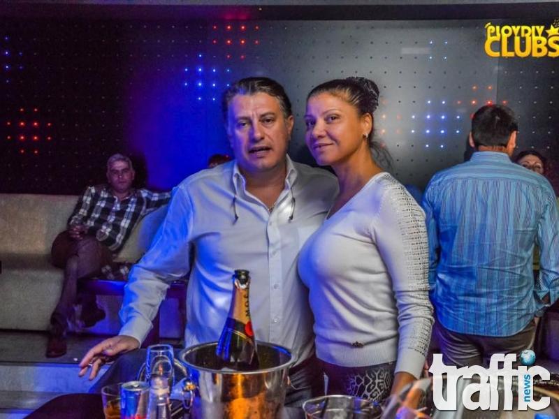Шампанско и целувки за рожденния ден на съпругата на алкохолен бос