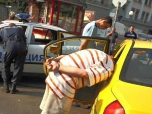 Таксиметров шофьор ограби баба и я повлече с колата си в центъра на Пловдив