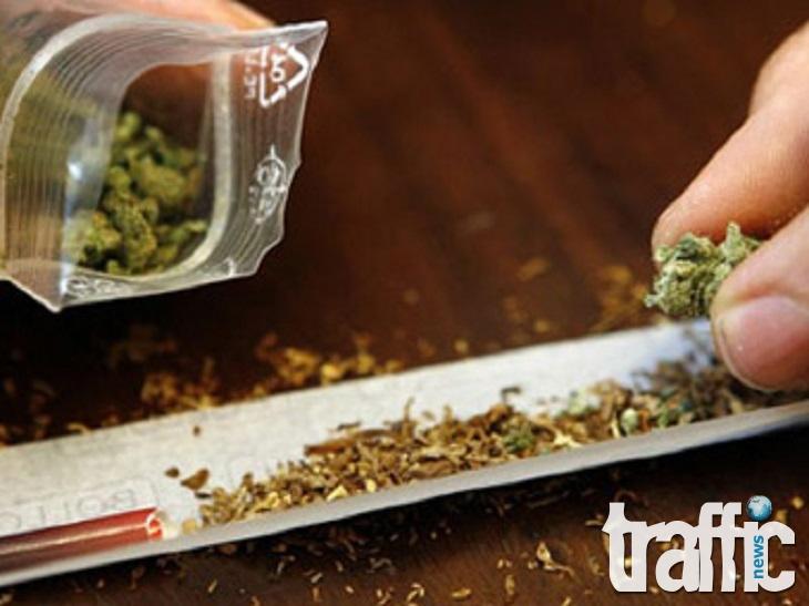 Поредните двама младежи са заловени с по една цигара марихуана