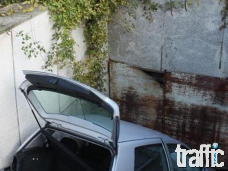 Необяснима каскада! След загуба на контрол, кола падна в 5 метров подлез СНИМКИ