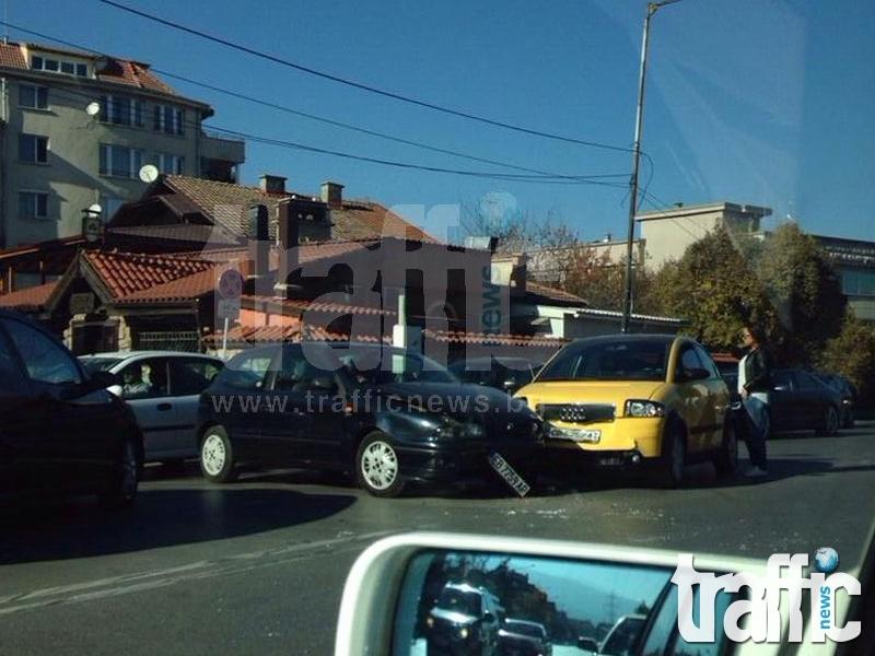 Катастрофа на Симеоновско шосе затапи движението СНИМКИ