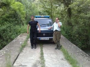 Бракониерки дерат и плюят прочутия горски Ален Шакиров,  прокурор ги защитава