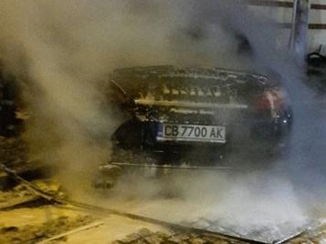 Порше прелетя две коли, заби се в ограда и пламна ВИДЕО